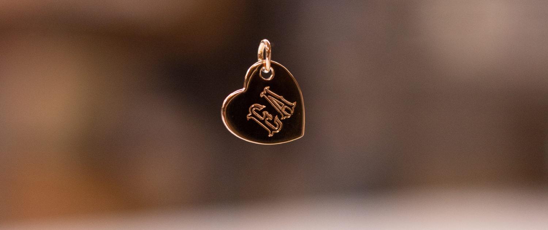 Pendentif en forme de coeur gravé