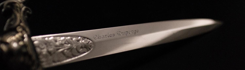 Gravure sur couteau ancien sur fond noir
