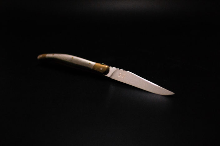 Gravure sur couteau sur fond noir