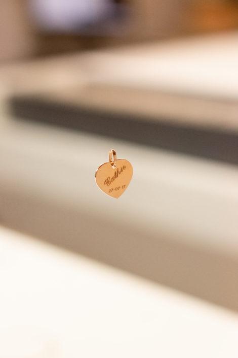 Pendentif en forme de coeur gravé, en plaqué or, suspendu avec un fond flou