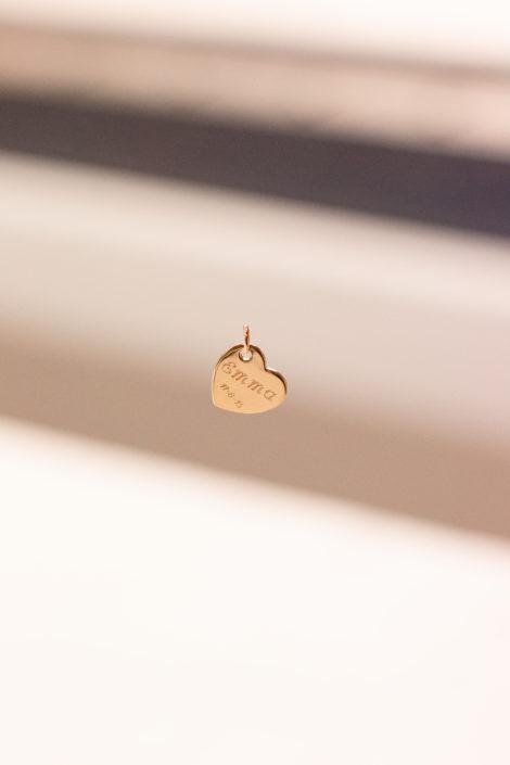 Pendentif gravé en plaqué or en forme de coeur, suspendu avec un fond flou