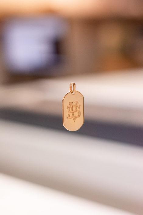 Pendentif gravé en plaqué or - Monogramme / Suspendu avec un fond flou