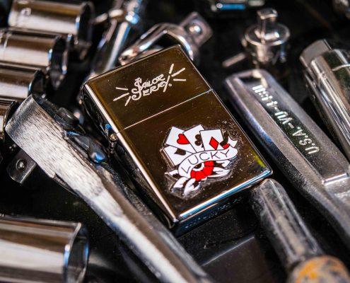 Zippo posé sur des objets en métal