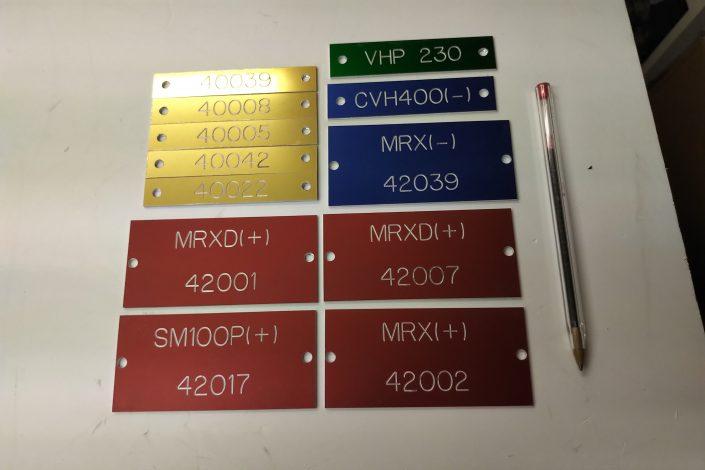 Plusieurs plaques de gravure industrielle de couleurs différentes