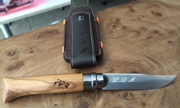 Gravure sur manche en bois avec un symbole animal dessus