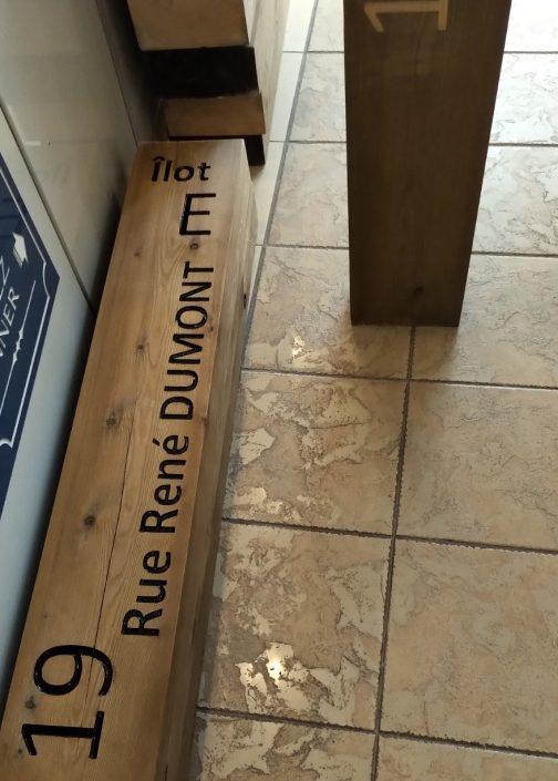 Gravure sur une planche en bois avec des inscriptions dessus
