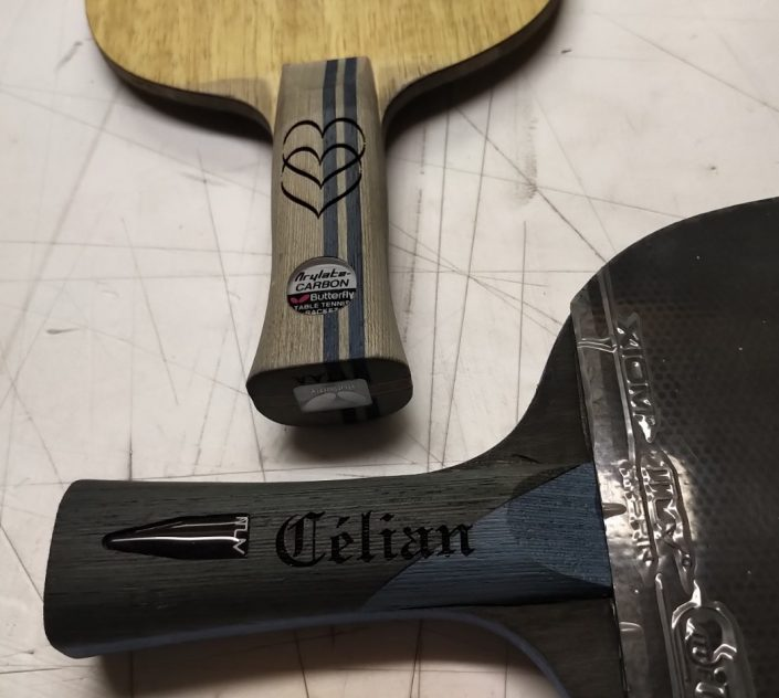 Gravure sur bois sur une raquette de tennis avec un prénom dessus