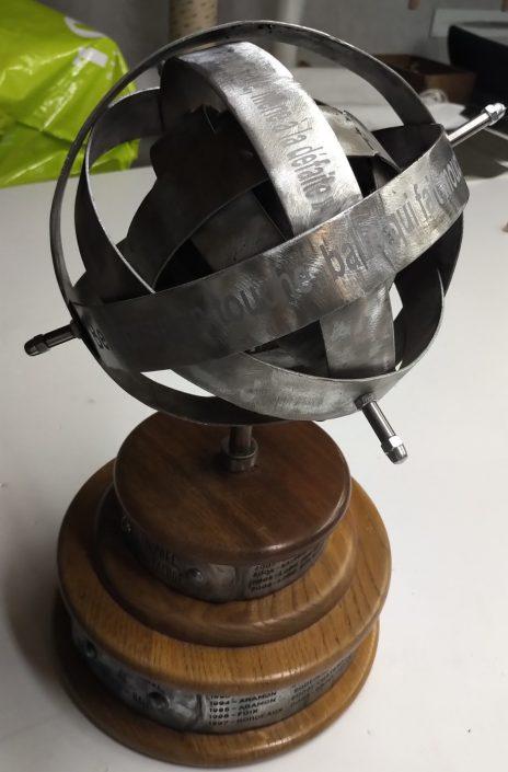 Gravure sur un objet en métal avec des phrases dessus