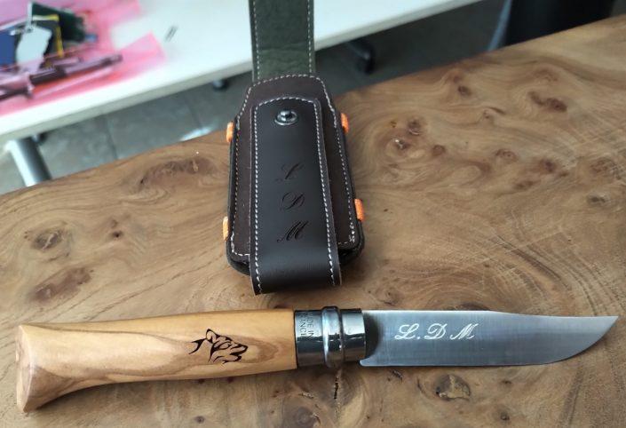 Gravure sur couteau en métal avec des initiales