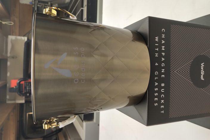 gravure sur seau de champagne avec des inscriptions dessus