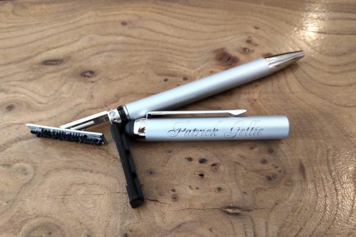 Gravure sur stylo avec un prénom et un nom